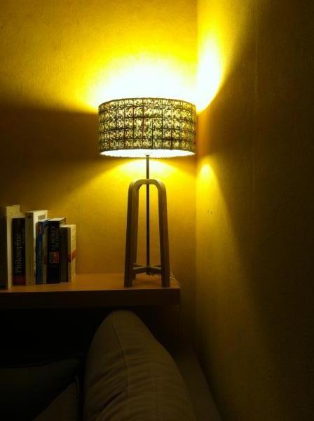 Abat-jour Donegal & Lampe de table Andersen, parfait combo dans mon living : lumière tamisée, originalité du tweed... Produits très jolis et de qualité !